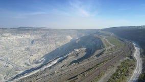 Chemin de fer vide de vue aérienne au puits d'amiante avec des collines de cascade banque de vidéos