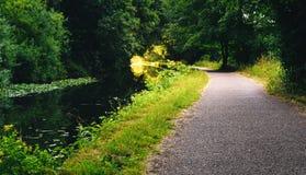 Chemin de halage à côté de canal image stock