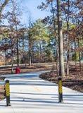 Chemin de marche à travers le parc d'hiver Photo libre de droits