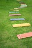 Chemin de marche coloré dans un jardin Photo stock