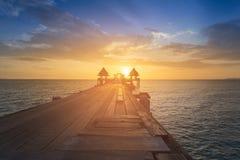 Chemin de marche en bois menant à l'horizon d'océan images libres de droits