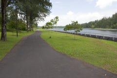 Chemin de marche et de recyclage par la rivière Photos libres de droits