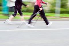 Chemin de marche nordique, tache floue de mouvement courante image stock