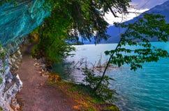 Chemin de marche près de lac bleu photographie stock
