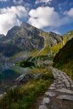 Chemin de montagne au matin dans le lac de montagne de Tatra Photo stock