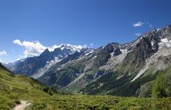 Chemin de montagne donnant sur Mont Blanc Blanc de du mont d'excursion Photo libre de droits