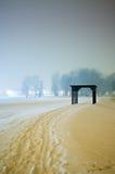 Chemin de neige menant à la structure en bois Image libre de droits
