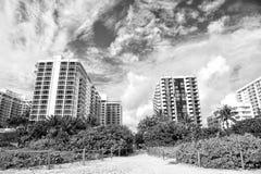 Chemin de chemin de plage tropicale aux immeubles Image libre de droits