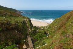 Chemin de Portheras les Cornouailles à la plage reculée et crique sur les sud cornouaillais de côte à l'ouest de St Ives photographie stock libre de droits