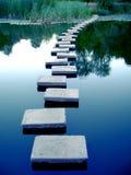 Chemin de Romanti au-dessus du lac tranquille Image stock