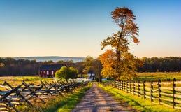 Chemin de terre à une ferme et couleurs d'automne à Gettysburg Image libre de droits