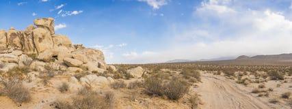 Chemin de terre autour des rochers de roche photographie stock