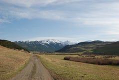 Chemin de terre aux montagnes folles Photo libre de droits