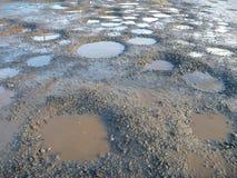Chemin de terre complètement des étangs de boue et d'eau Images stock
