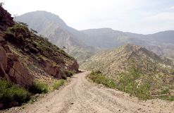 Chemin de terre dans un paysage de montagne rocheuse photo stock