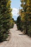 Chemin de terre de campagne et barrière en bois Images libres de droits