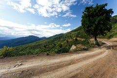 Chemin de terre en Chin State, Myanmar images libres de droits