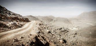 Chemin de terre en montagnes de Hajar photos stock