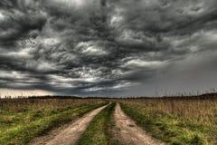Chemin de terre entrant dans l'oeil du cyclone Photo libre de droits