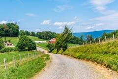Chemin de terre et fermes dans les montagnes rurales de Potomac de la Virginie Occidentale images libres de droits