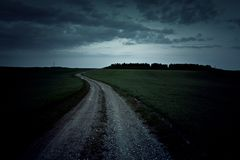 Chemin de terre foncé la nuit Photos libres de droits