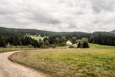 Chemin de terre, règlement dispersé, pré et forêt en montagnes de Moravskoslezske Beskydy d'automne dans la République Tchèque Image stock