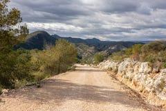 Chemin de terre sur la montagne en Espagne photos stock