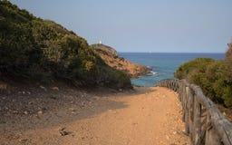 Chemin de terre vide dans le littoral de l'île du sud de la Sardaigne image stock