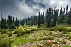 Chemin de Treking avec des pierres en Himalaya avec des nuages photographie stock libre de droits