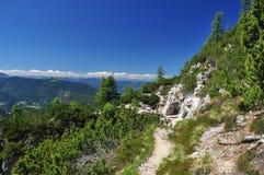 Chemin de trekking dans les Alpes de Friuli. l'Italie Photographie stock libre de droits