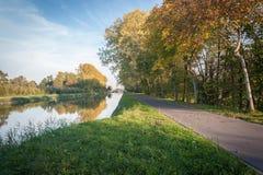 Chemin de vélo avec le feuillage d'automne photographie stock libre de droits