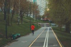 Chemin de vélo pour des cyclistes Ruelle de vélo en parc Zone de repos Repos à l'eau Photos libres de droits