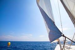 Chemin de yacht de navigation au fini images stock