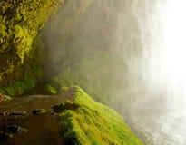Chemin derrière la cascade islandaise Photos libres de droits