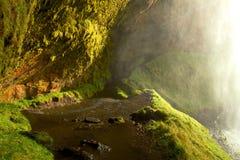 Chemin derrière la cascade islandaise Image libre de droits