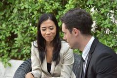 Chemin des affaires collaboration Les jeunes hommes d'affaires se serrent la main quand les actualités sont bonnes Photo stock