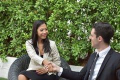 Chemin des affaires collaboration Les jeunes hommes d'affaires se serrent la main quand les actualités sont bonnes Photos stock