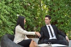 Chemin des affaires collaboration Les jeunes hommes d'affaires se serrent la main quand les actualités sont bonnes Photographie stock