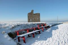 Chemin des hivers au château de ballybunion et aux bancs rouges Photos libres de droits