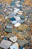Chemin des pierres plates colorées photo libre de droits