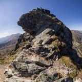 Chemin difficile en montagnes photographie stock libre de droits