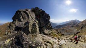 Chemin difficile en montagnes photos libres de droits