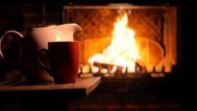Chemin?e de flambage et une tasse de th? Humeur confortable Fond clips vidéos