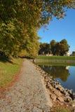 Chemin en automne près de l'eau dans la ville de Nymburk Image libre de droits