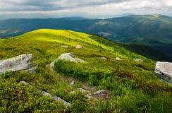 Chemin en bas de la colline parmi les roches image stock