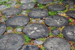 Chemin en bois fait de morceaux de bois Image stock