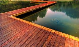Chemin en bois par le lac   Images libres de droits