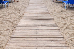 Chemin en bois sur le fond de plage photos stock