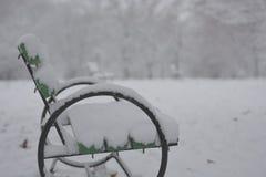 Chemin en parc avec la neige Photo stock