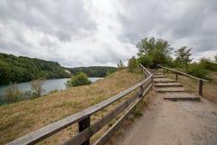 Chemin en parc national près de lac en Pologne du nord Images libres de droits
